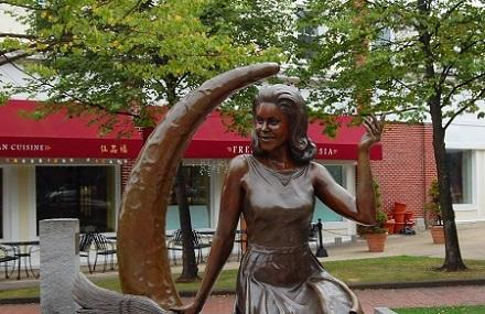 Bewitched Statue Of Elizabeth Montgomery, Salem